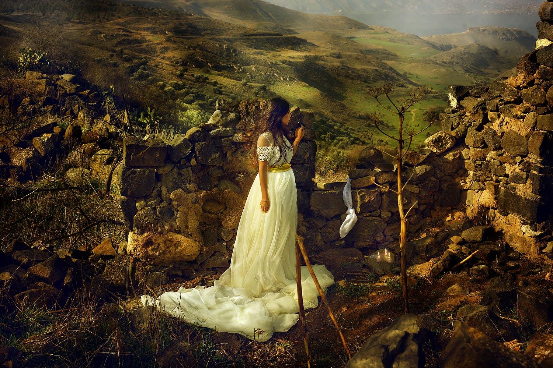 מיכל בת שאול, ״וַתֹּרֶד מִיכַל אֶת-דָּוִד, בְּעַד הַחַלּוֹן; וַיֵּלֶךְ וַיִּבְרַח, וַיִּמָּלֵט. ״שמואל ב יט 12