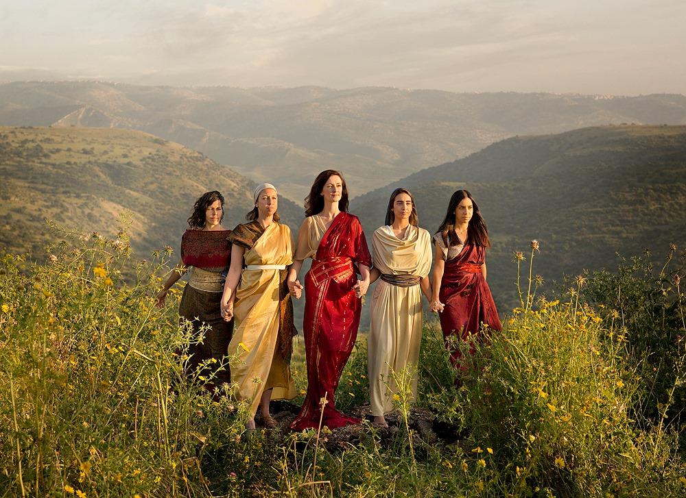בנות צלופחד, מחלה, נעה, חוגלה, מילכה ותרצה ׳לָמָּה יִגָּרַע שֵׁם-אָבִינוּ מִתּוֹךְ מִשְׁפַּחְתּוֹ, כִּי אֵין לוֹ בֵּן; תְּנָה-לָּנוּ אֲחֻזָּה, בְּתוֹךְ אֲחֵי אָבִינוּ.׳ במדבר כז, 4