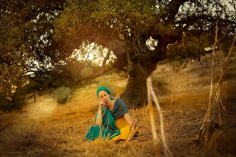 דבורה מינקת רבקה ״וַתָּמָת דְּבֹרָה מֵינֶקֶת רִבְקָה וַתִּקָּבֵר מִתַּחַת לְבֵית-אֵל תַּחַת הָאַלּוֹן וַיִּקְרָא שְׁמוֹ אַלּוֹן בָּכוּת״ בראשית לה׳, 8